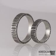 Kovaný nerezový snubní prsten - Wood tmavý