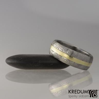 Snubní prsten damasteel a zlato - Duori yellow, struktura dřevo - velikost 61