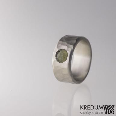 Kovaný nerezový snubní prsten - Draill světlý a přírodní vltavín - velikost 61