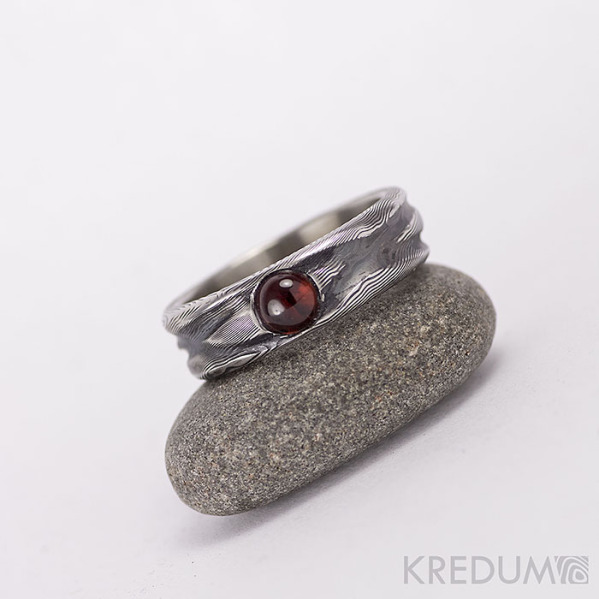 Zásnubní prsten z ocele damsteel - Víla vod a granát - kabošon