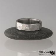Prsten kovaná nerezová ocel - Draill + čirý diamant 1,5 mm - světlý, matný