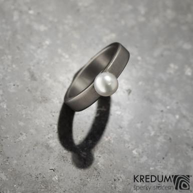 Prsten kovaný - Klasik titan a perla - matný