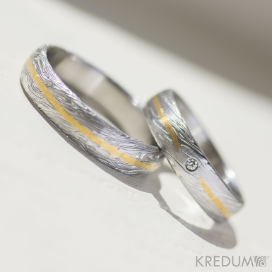 Snubní prsten damasteel a zlato -  Golden line, struktura voda
