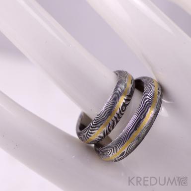 Snubní prsteny golden line, damsteel struktura dřevo, lept 75% tmavý, zlaté linky uprostřed