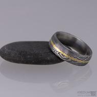 Snubní prsten damasteel - Golden line, struktura dřevo,  100% tmavý, vel. 54,5; šíře 6mm