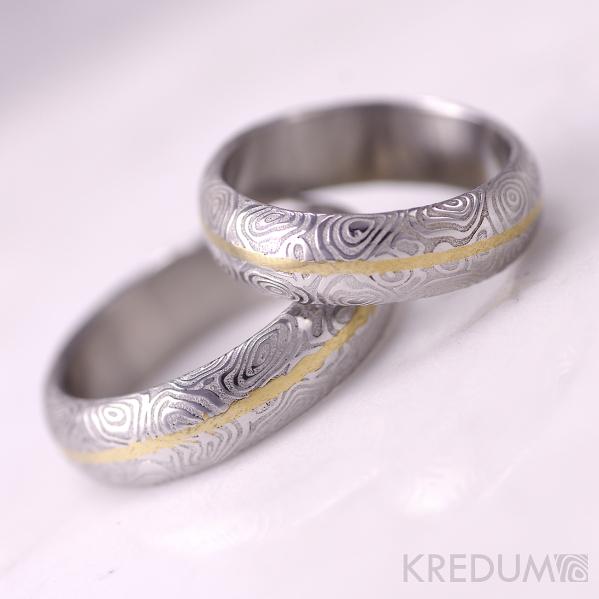 Snubní prsteny Golden line, damasteel kolečka, lept 75 světlý, zlatá linka na středu