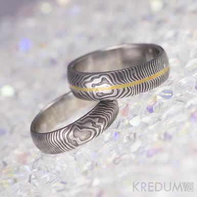 Snubní prsteny Golden line, damasteel čárky, lept 75 tmavý, zlatá linka na střed prstenu