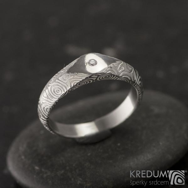 GRADA a čirý diamant 1,5 mm  - Kovaný zásnubní prsten damasteel - kolečka - lept 75%, světlý