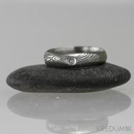 Snubní prsten damasteel - Prima + diamant 1,5 mm, struktura dřevo, lept 75% tmavý