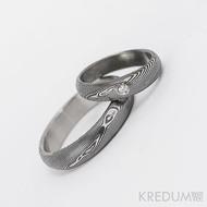 Kovaný nerezový snubní prsten, ocel damasteel - Prima + diamant 1,7 mm, struktura dřevo, lept 75% tmavý