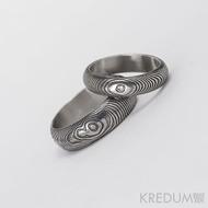 Kovaný snubní prsten damasteel - Prima + diamant 2 mm, struktura čárky, lept 75% tmavý (ilustrační pánský prsten bez diamantu)