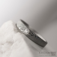 Zásnubní prsten, nerezová ocel damasteel - Siona white, struktura dřevo, lept 75% tmavý, diamant 2,7 mm