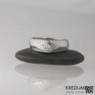 GRADA a broušený kámen ve zlatě - Kovaný zásnubní prsten damasteel, struktura dřevo