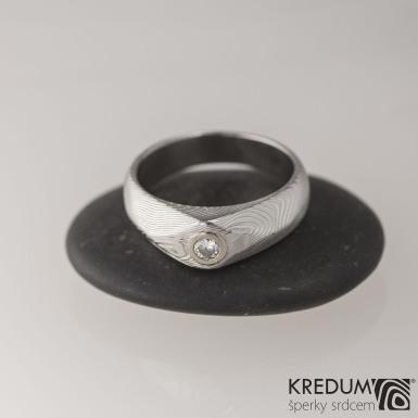 GRADA a broušený kámen ve zlatě - Kovaný zásnubní prsten damasteel, struktura dřevo, lept 50%