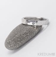 Prsten kovaná nerezová ocel - Draill + čirý diamant 1,5 mm - šíře 4 mm