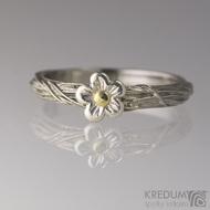 Motaný snubní prsten nerezový - Gordik Flower - průměr kytičky cca 6,5 mm, zlato 1,5 mm