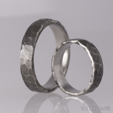 Kovaný nerezový snubní prsten - Draill tmavý