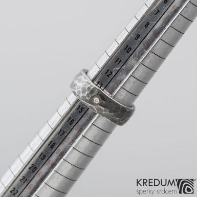 DRAILL + čirý diamant 1,7 mm - Prsten kovaný z nerezové oceli - zatmavený, šířka 7 mm