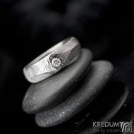 GRADA a čirý diamant 2,7 mm - struktura čárky -  Kovaný zásnubní prsten damasteel, S2034