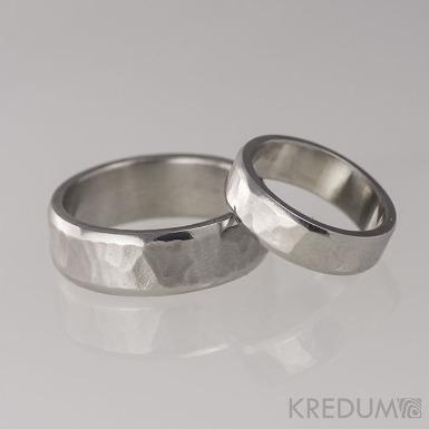 Kovaný nerezový snubní prsten - Draill line světlý
