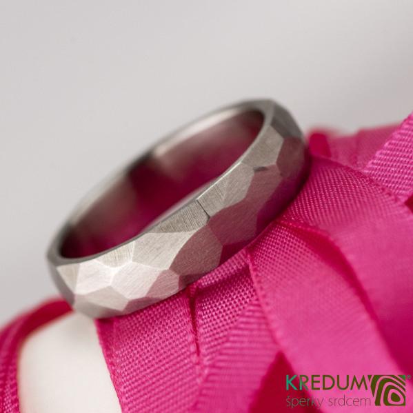 Kovaný nerezový snubní prsten - Skalák matný