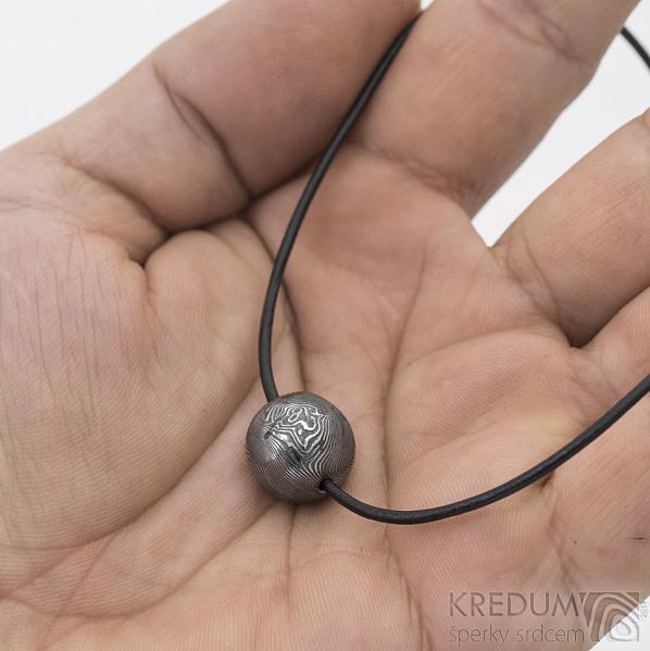 Ball - damasteel přívěsek, struktura dřevo, průměr 1,4 cm, lept 75% - zatmavený - produkt SK2734