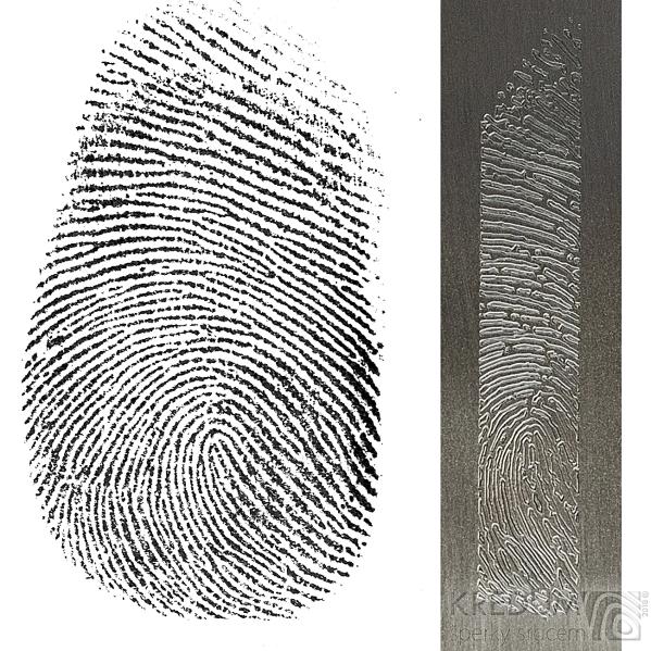 Otisk prstu a výsledný výřez vyrytý do nerezové destičky
