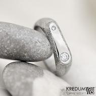 Blíženci - snubní prsten z oceli damasteel a 2 diamanty - struktura kolečka