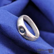 Blueli, kulatý kabošon - Kovaný prsten damasteel - dřevo světlé
