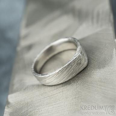 Cleans a diamant 1,5 mm - velikost 49, šířka 5,5 mm do dlaně 4 mm, struktura voda lept 75% SV - Damasteel snubní prten - k 1869 (2)
