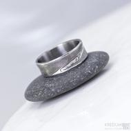 Kovaný snubní prsten se žlábkem ocel damasteel - Collium Line - dřevo - produkt č. 1427
