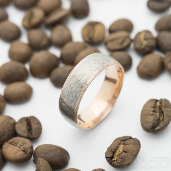 Cygnus titan hrubý mat - Snubní prsten červené zlato a titan, velikost 62, šířka celkem 6,8 mm - produkt SK2962