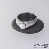 Kovaný prsten damasteel - Gracia s pravou perlou - kolečka, velikost 56