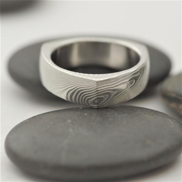Delta - velikost 54, šířka 6 mm, struktura dřevo - lept 75% světlý - Damasteel snubní prsteny - K 1619