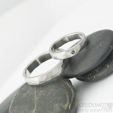 Draill a černý diamant 1,7 mm - 48, š 3,5 mm a Draill - 61, š 4 mm, oba mat, tloušťka střední - Kované snubní prsteny - k 2122