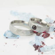 Draill a kabošon Almandin - 53, šířka 6 mm, tloušťka 2 mm, mat a Draill - 61, šířka 6 mm, mat - Kované snubní prsteny - K 2127 (2)