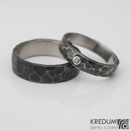 Draill tmavý a broušený růženín osazený do stříbra - kovaný nerezový snubní prsten