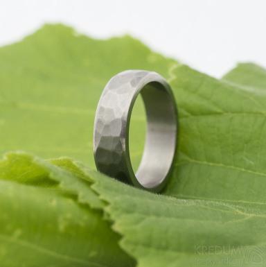 Draill line titan, matný - Kovaný titanový prsten, velikost 55, šířka 5,7 mm, tloušťka stěny 1,9 mm, vnitřek rovný - produkt SK2691