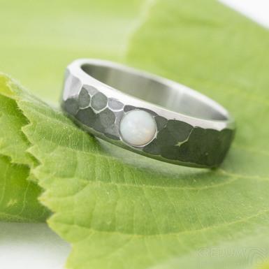 Draill line tmavý a kámen kabošon - Kovaný nerezový snubní prsten