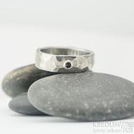 Draill titan a broušený granát 2 mm do Ag - velikost 49, šířka 5 mm, lesklý - Snubní prsteny z titanu - k 2107