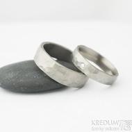 Draill titan matný a čirý diamant 2 mm - 57, šířka 5 mm a Draill titan mat - 67, šířka 6,5 mm - Titanové snubní prsteny, k 2015