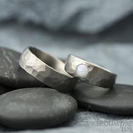 Draill titan matný a opál kabošon 4 mm - velikost dámského 49; šířka hlavy 6,5 mm do dlaně 4 mm, velikost pánského 57; šířka 6 mm