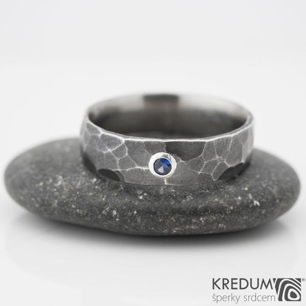 DRAILL tmavý a broušený kámen do 2 mm do stříbra - Kovaný nerezový snubní prsten, safír