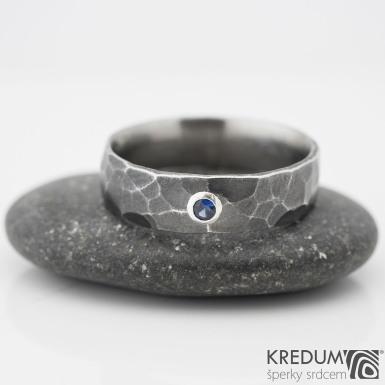 DRAILL tmavý a broušený kámen do 2 mm do stříbra - Kovaný nerezový snubní prsten