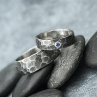 Draill tmavý a broušený přírodní safír do stříbra - snubní nerezový prsten