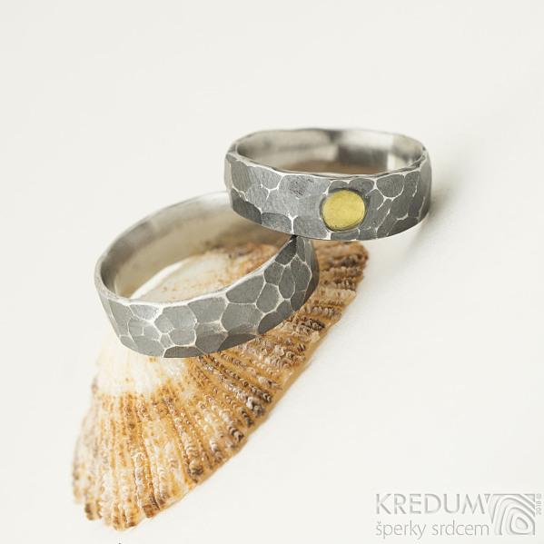 Draill tmavý a přírodní jantar - 51,5, šířka hlavy 6 mm, do dlaně 4,5 mm a  55, šířka 6 mm - Snubní prsteny - k 2080