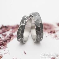 Draill tmavý - šířce 4,5 a 5,5 mm, nepravidelné okraje - Snubní prsteny z nerezové oceli