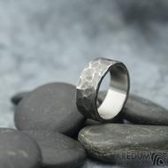Draill tmavý - velikost 57,5; šířka 8 mm; tloušťka 1,8 mm - Nerezové snubní prsteny