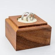 Dřevěná aranžovací podložka na snubní prsteny (1)