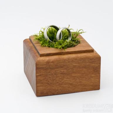 Dřevěná aranžovací podložka na snubní prsteny